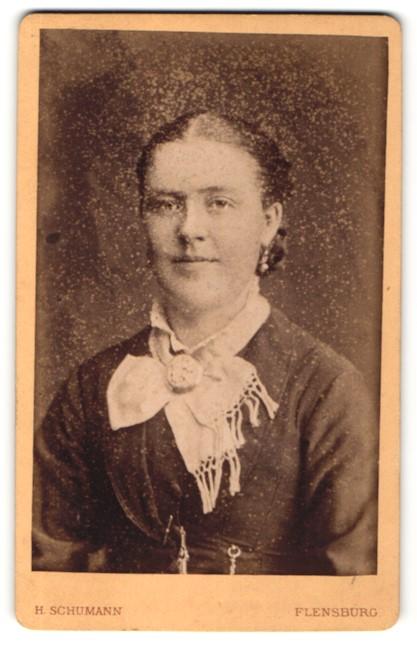 Fotografie H. Schumann, Flensburg, Portrait junge Frau mit zusammengebundenem Haar