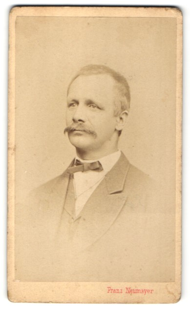 Fotografie Franz Neumayer, München, Portrait Herr mit Schnauzbart