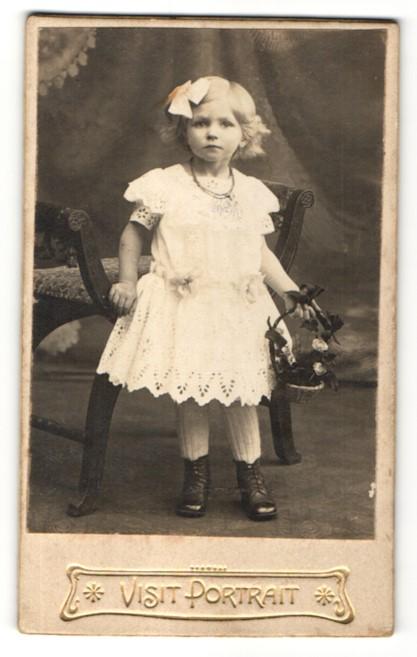 Fotografie unbekannter Fotograf und Ort, Portrait Portrait kleines Mädchen mit Schleife im Haar und Blumenkörbchen