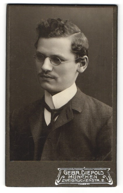Fotografie Gebr. Diepold, München, Portrait junger Herr mit zeitgenöss. Frisur und Brille