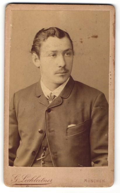 Fotografie G. Lechleitner, München, Portrait junger Mann mit zurückgekämmtem Haar