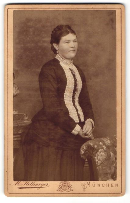 Fotografie M. Stettmeyer, München, Portrait junge Frau in festlicher Kleidung