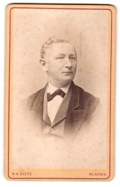 Fotografie N. A. Dietz, München, Portrait Herr mit zeitgenöss. Frisur