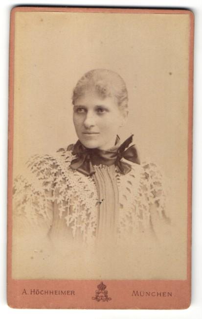 Fotografie A. Höchheimer, München, Portrait junge Frau mit zusammengebundenem Haar