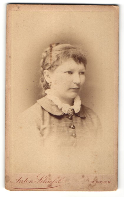 Fotografie Anton Schiessl, München, Portrait Frau mit zusammengebundenem Haar