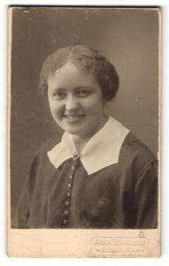 Fotografie Anna Berglund, Söderhamn, Portrait junge Frau mit zusammengebundenem Haar