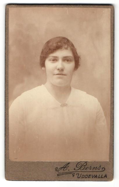 Fotografie A. Berns, Uddevalla, Portrait junge Frau mit zusammengebundenem Haar