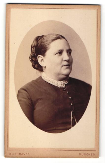 Fotografie Fr. Neumayer, München, Portrait Dame mit zeitgenöss. Frisur
