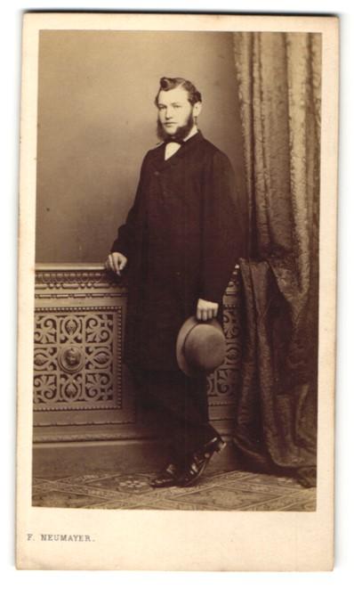 Fotografie F. Neumayer, München, Portrait junger Herr mit Kinnbart