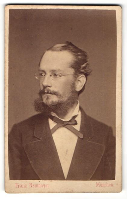 Fotografie F. Neumayer, München, Portrait Herr mit Bart und Brille