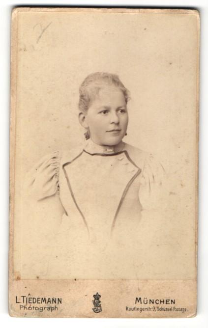 Fotografie L. Tiedemann, München, Portrait Fräulein mit zusammengebundenem Haar