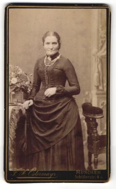 Fotografie F. X. Ostermayr, München, Portrait Dame in zeitgenöss. Kleidung