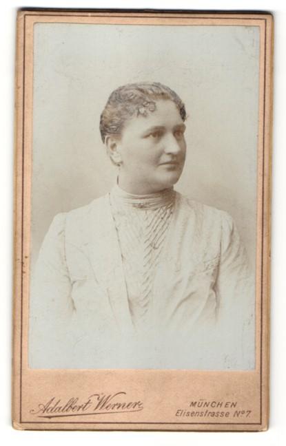 Fotografie Adalbert Werner, München, Portrait Frau mit zeitgenöss. Frisur