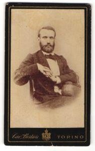 Fotografie C. Bertieri, Torino, Portrait Herr in Abendgarderobe mit Körbchen
