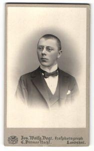 Fotografie Jos. Wolfg. Vogt, Landshut, Portrait junger Mann mit Zwicker und geschorenem Haar