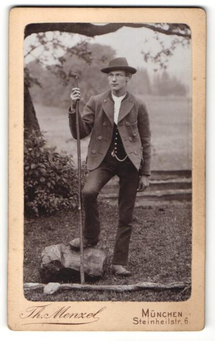 Fotografie Th. Menzel, München, Portrait junger Mann in traditioneller Kleidung im Freien