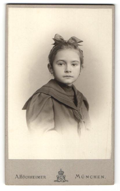 Fotografie A. Höchheimer, München, Portrait Mädchen mit Haarschleife