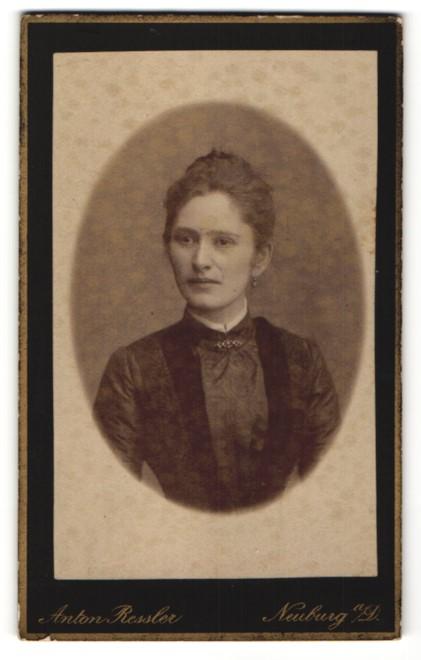 Fotografie Anton Ressler, Neuburg a/D, Portrait junge Dame mit zusammengebundenem Haar