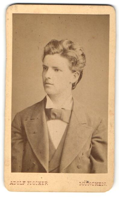 Fotografie Adolf Fischer, München, Portrait junger Herr mit zeitgenöss. Frisur