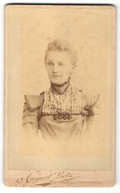 Fotografie August Lutz, Gera R.j.L., Portrait junge Frau mit zusammengebundenem Haar