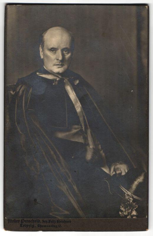 Fotografie Atelier Perscheid, Leipzig, Portrait Geistlicher Superieur im feinen Zwirn