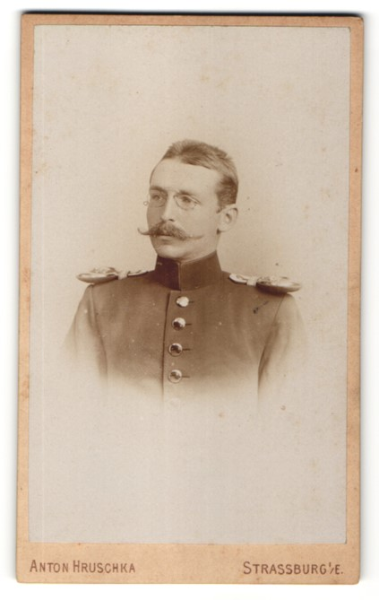 Fotografie Anton Hruschka, Strassburg / Elsass, Portrait Deutscher Soldat in Uniform mit Epauletten & Zwicker