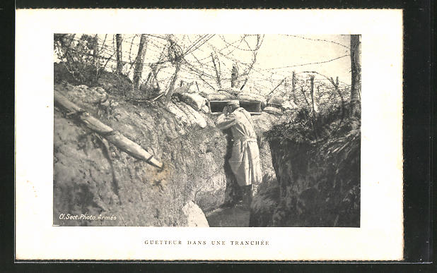 AK Soldat im Schützengraben bei der Feindbeobachtung
