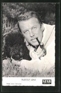 AK Schauspieler Rudolf Lenz mit Hund im Gras liegend