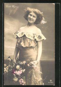 AK Schauspielerin Violet Wegner im tollen Kostüm mit Blumen