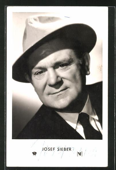 AK Schauspieler Josef Sieber mit Hut in die Kamera lächelnd mit Autogramm