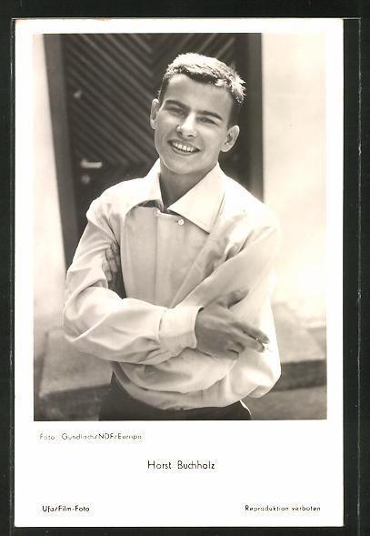 AK Schauspieler Horst Buchholz mit Zigarette in der Hand in die Kamera lächelnd