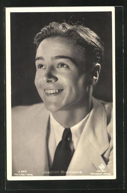 AK Schauspieler Joachim Brennecke lächelnd nach oben schauend
