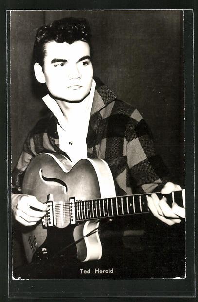AK Schauspieler Ted Herold mit einer Gitarre nachdenklich blickend