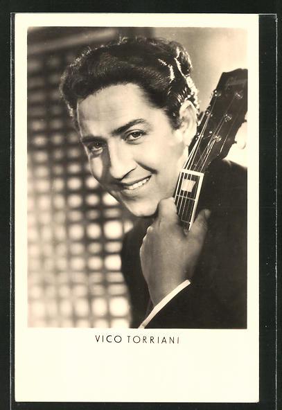 AK Schauspieler Vico Torriani mit Gitarre in die Kamera lächelnd