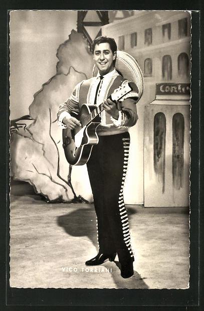 AK Schauspieler Vico Torriani mit Gitarre auf der Bühne stehend