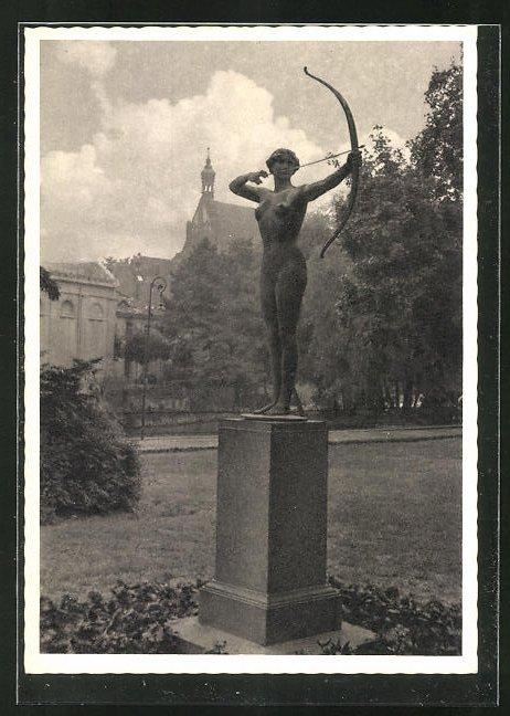 AK Bromberg / Bydgoszcz, Denkmal Bogenspinnerin im Garten des Stadttheaters