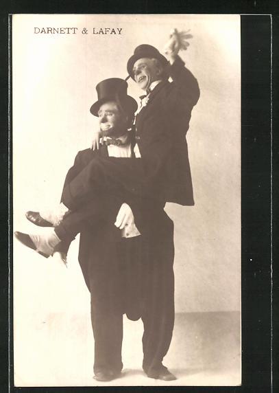 AK Komiker Darnett & Lafay mit Anzug und Zylinder, Einer trägt den anderen