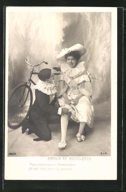 AK Harlekin tröstet eine Dame, die vom Fahrrad gefallen ist