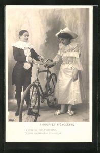 AK Harlekin hält einer Dame das Fahrrad