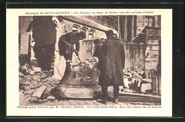 AK Saint-Quentin, Basilique, Des Boches en train de briser une des grosses cloches, Glocke