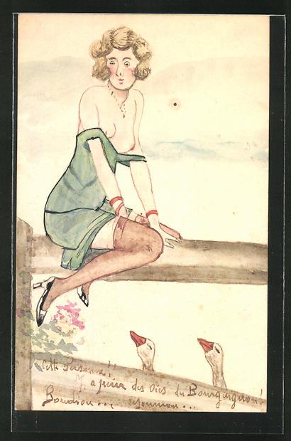 Künstler-AK Handgemalt: Frau in einem leicht verrutschen grünen Kleid sitzt auf einem Baum beobachtet von zwei Gänsen