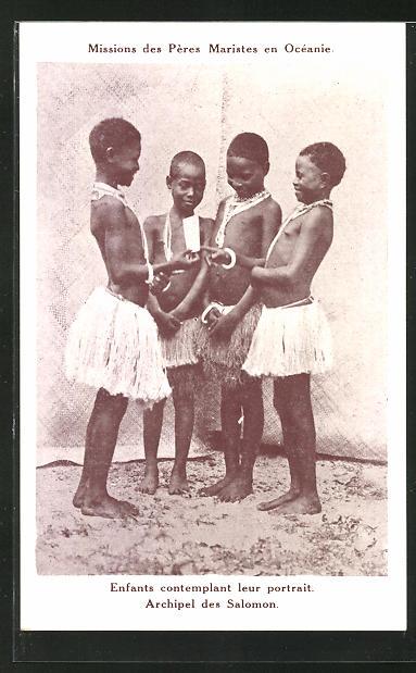 AK Missions des Pères Maristes en Océanie, Enfants contemplant leut portrait, Archipel des Salomon
