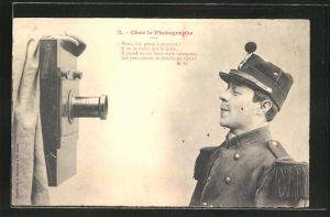 AK Chez le Photographe, Soldat vor Kamera, Fotoapparat