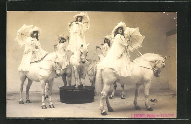 AK Junge Frauen mit Schirmen auf Pferden, Variete