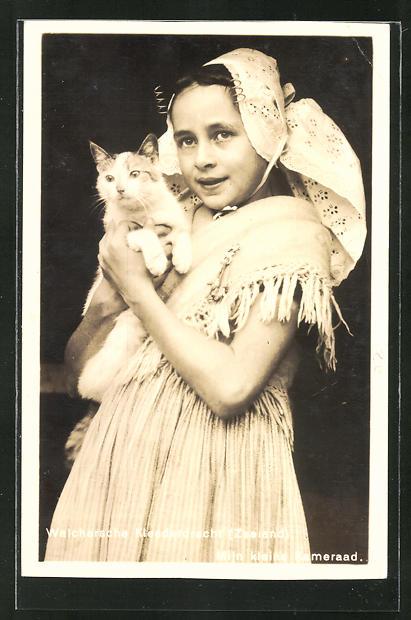 AK Walchersches Mädchen mit Katze im Arm