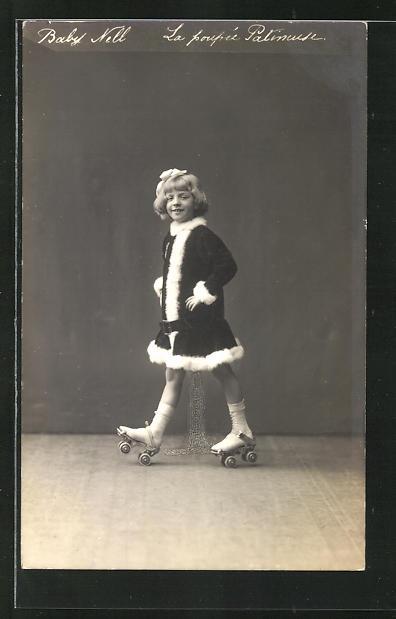AK Baby Nell, La poupee Patineuse, Mädchen fährt Rollschuhe