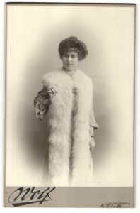 Fotografie Valentin Wolf, Nürnberg, hübsche junge Dame mit riesiger Stola