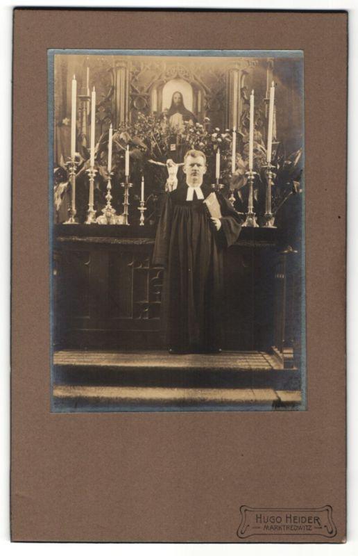 Fotografie Hugo Heider, Marktredwitz, Priester vor Altar stehend