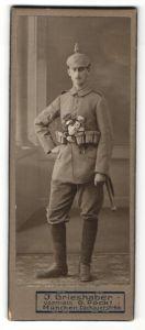 Fotografie Atelier Grieshaber, München, Kriegsausmarsch, Soldat in Feldgrau mit Pickelhaubenüberzug & Ausrüstung