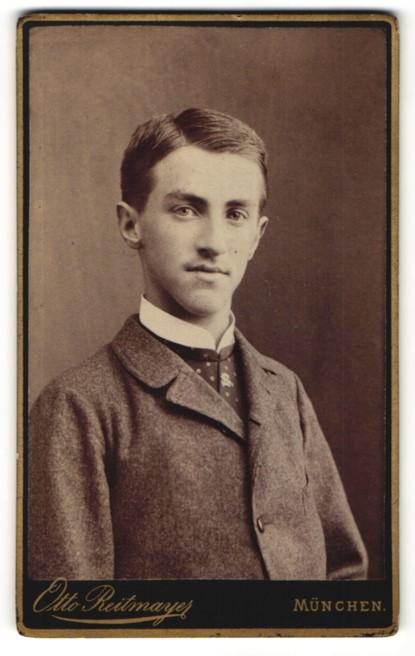 Fotografie Otto Reitmayer, München, Portrait halbwüchsiger Knabe in Anzug